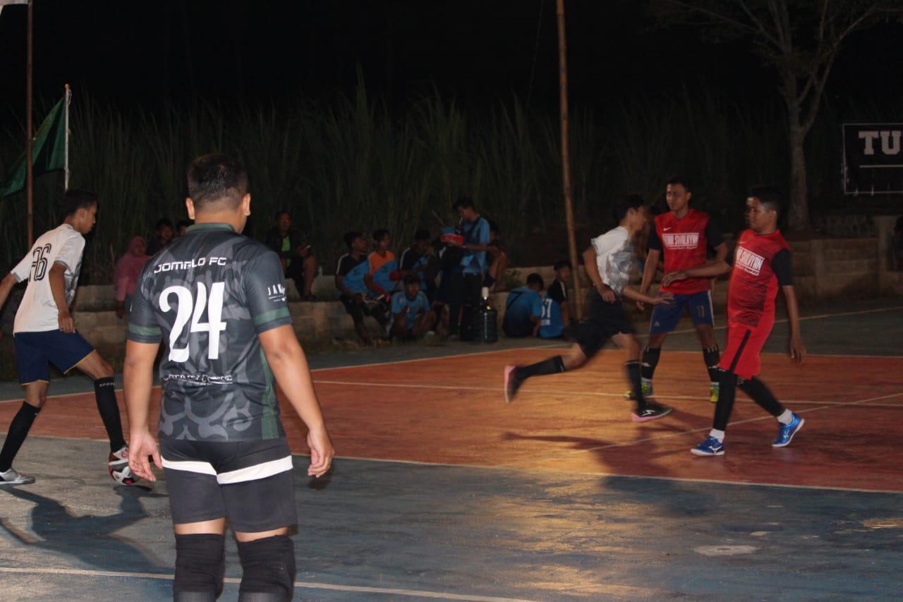 Atlit-atlit muda futsal sedang berlaga