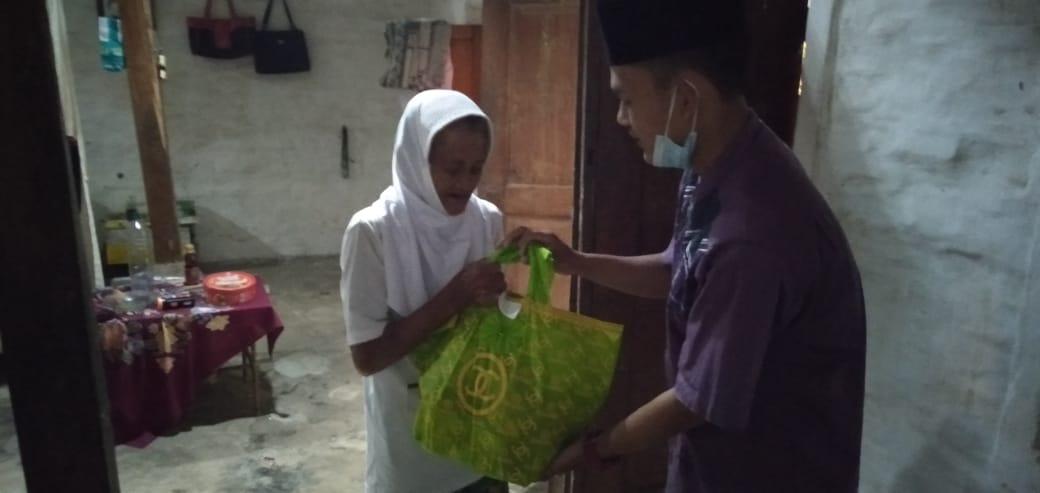 Foto HSN Santri Panjeng salurkan 16 paket sembako kepada duafa
