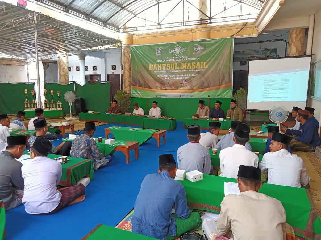 Jajaran Syuriah dan LBM PCNU tengah larut dalam pembahasan hukum bersama para peserta