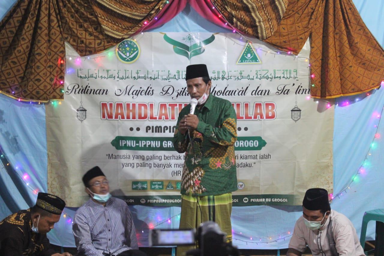 K.Nawawi, ketua MWC NU Sawoo saat mengisi tausiyah di acara majelis dzikir-sholawat dan taklim Nahdlatut Thulab