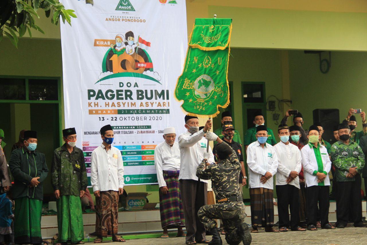 Ketua MWC Ponorogo menyerahkan pataka kepada pasukan Banser