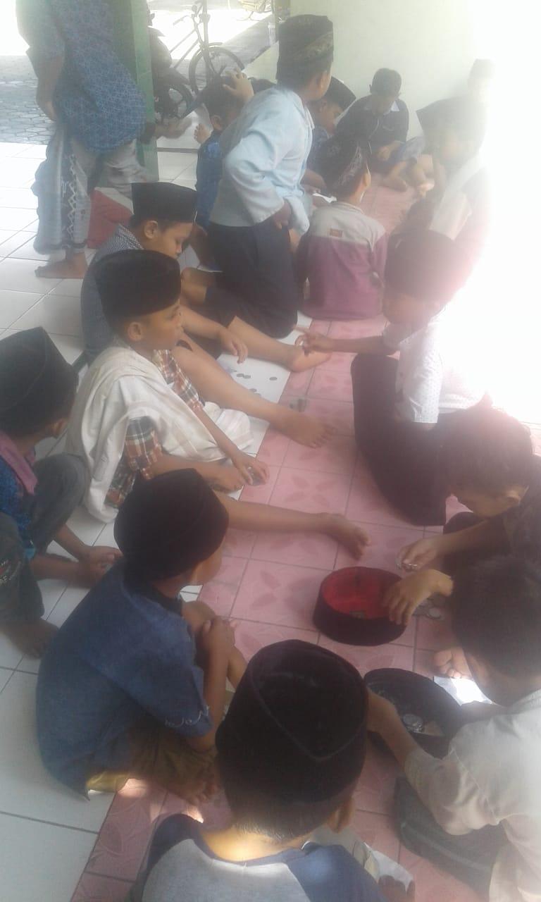 Maulidan tebar coin untuk anak-anak di masjid Amirudin, Sembung-Mlarak
