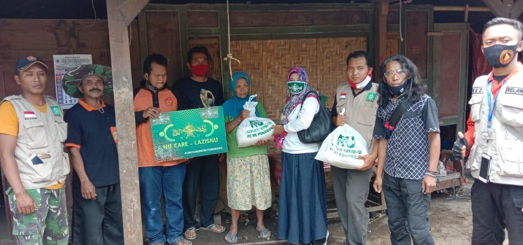 NU Care-Lazisnu dan LPBI NU serahkan bantuan sembako kepada Ibu Supi, korban kebakaran rumah dapur di Ngilo-ilo