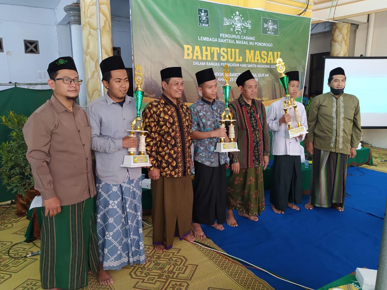 Para pemenang lomba lalaran nadzom imrithi HSN bersama jajaran pengurus PCNU dan Panitia HSN