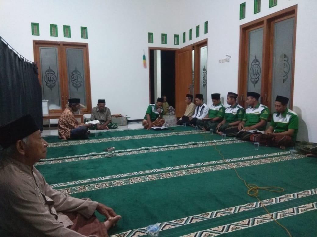 Pengurus Ranting GP Ansor Paringan bersama Jamaah menggelar sholawat Barjanji.