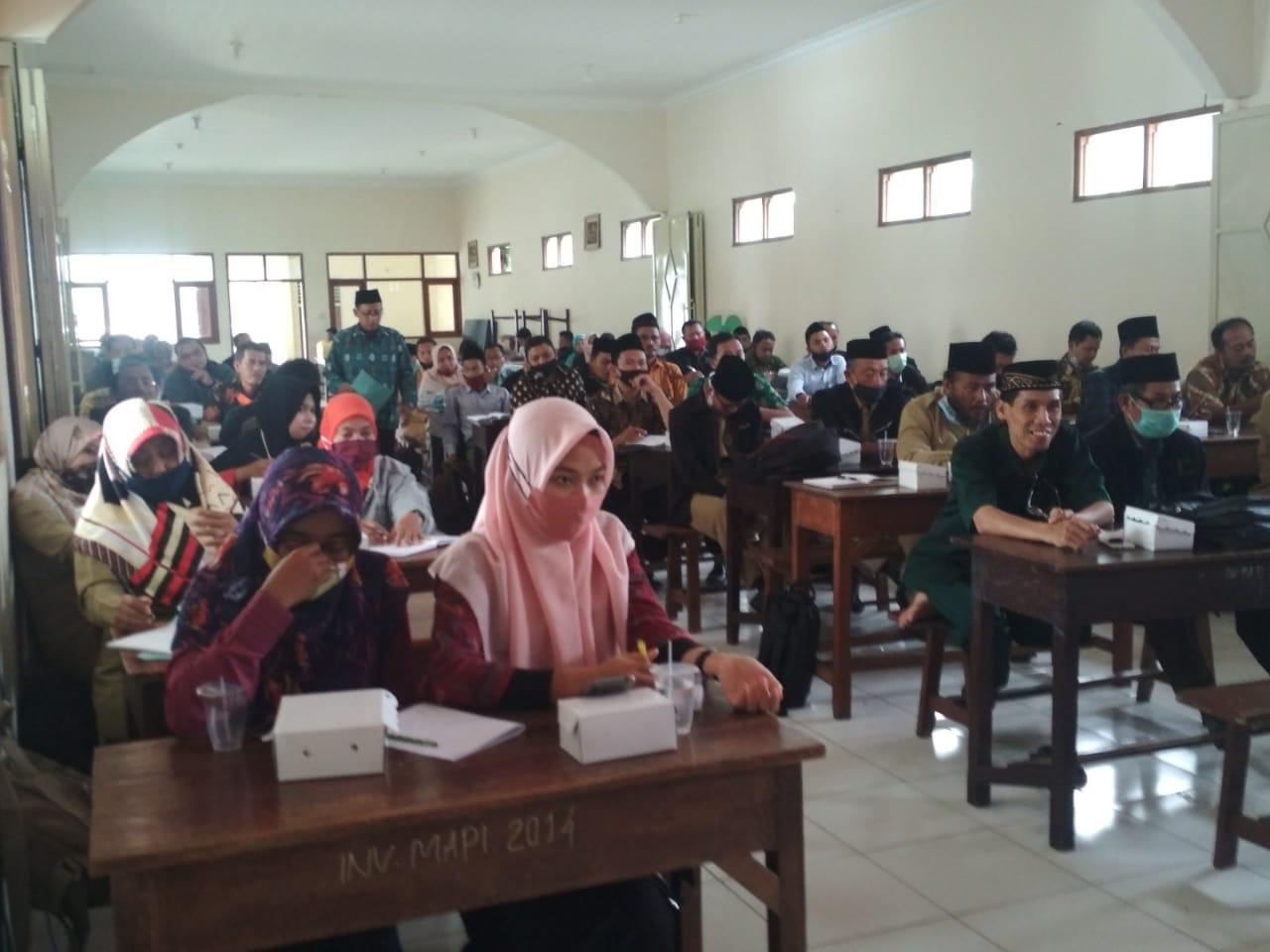 Penyerahan Disaksikan wali murid dan pihak sekolah MA Putri Ma'arif Ponorogo
