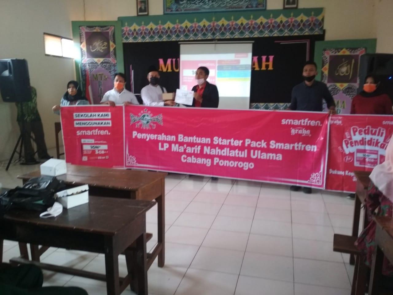 Penyerahan kartu perdana dari Deputy CEO PT Smartfren Telecom Tbk. kepada LP Ma'arif NU