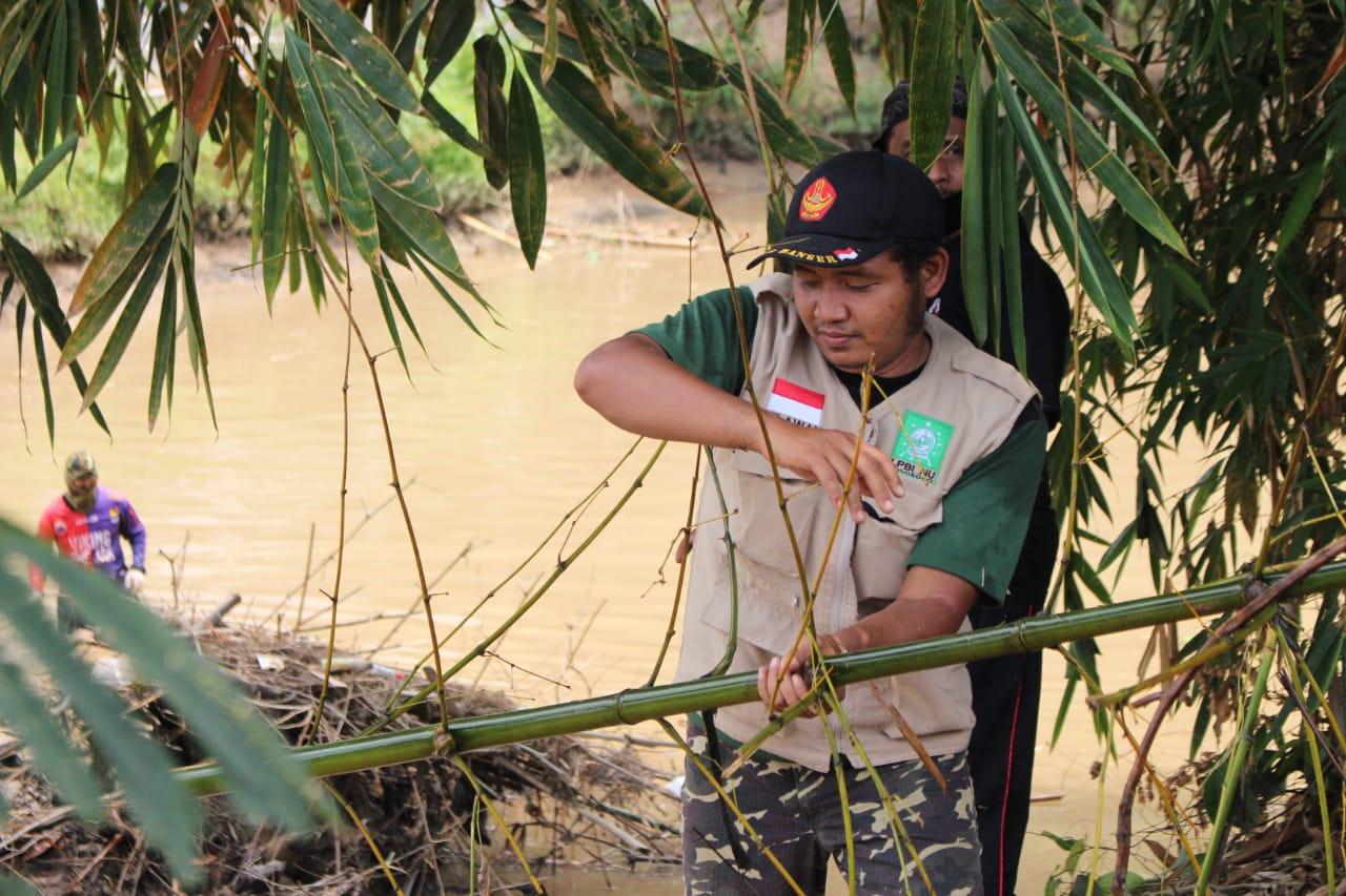 Permbersihan carang bambu di sungai DAM Cokromenggalan oleh LPBU NU