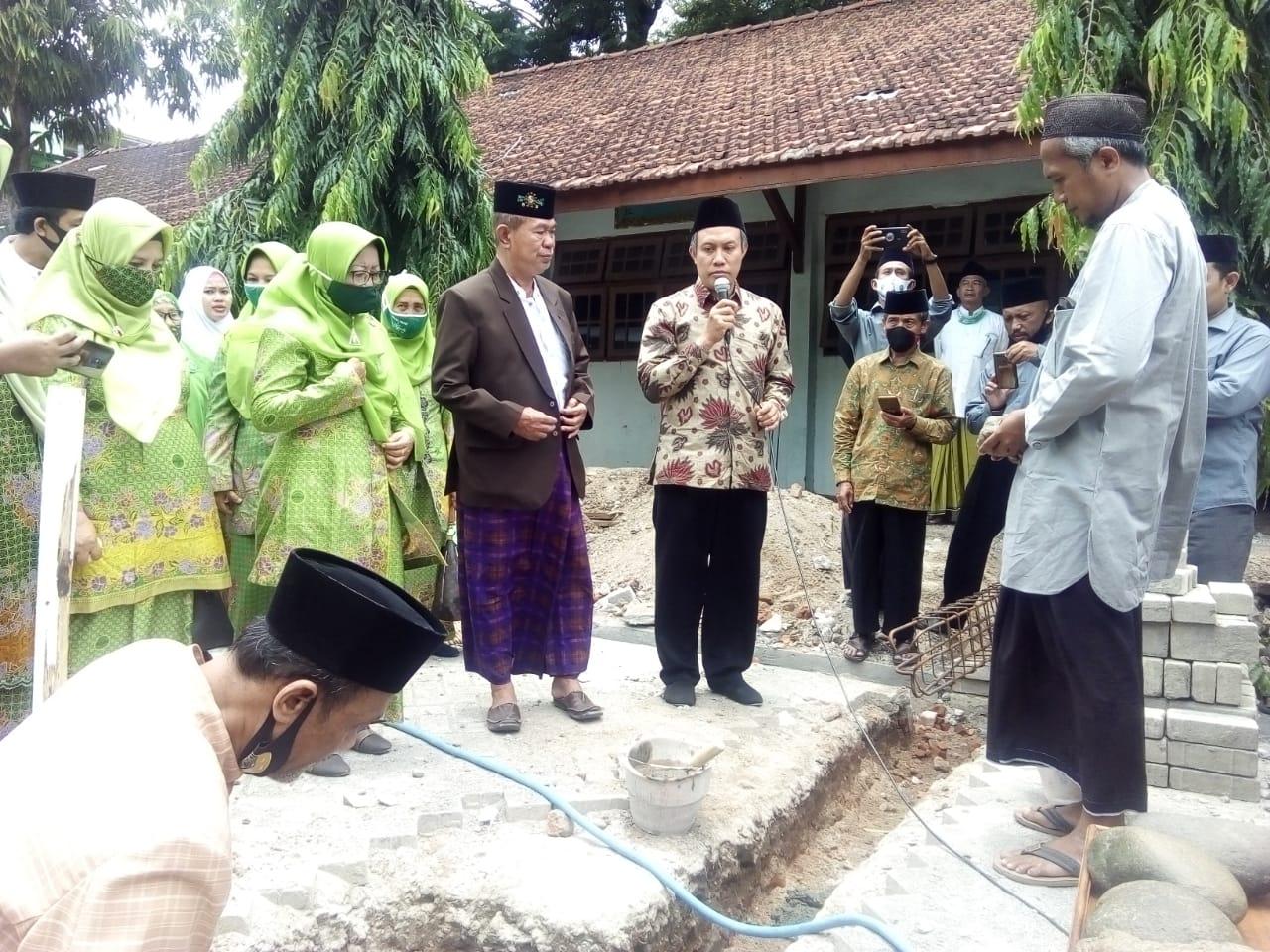 Prosesi peletakan batu pertama pembangunan Ponpes Al- Islam