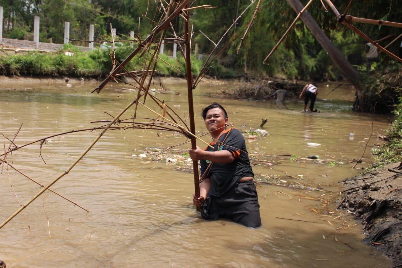 Santri LPBI NU bersihkan carang bambu di sungai DAM Cokromenggalan