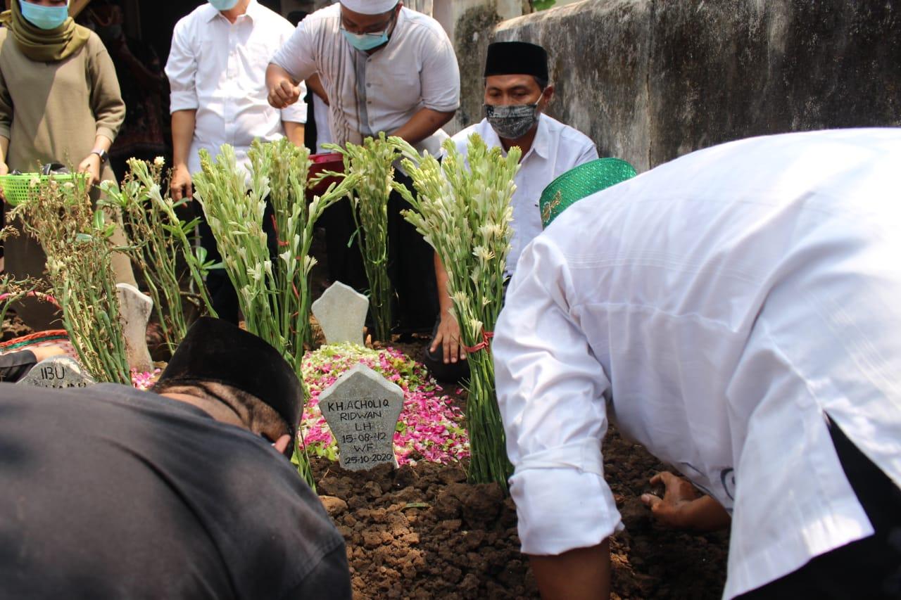 Suasana pemakaman Drs KH.Abdul Kholiq Ridwan bin H.Ridwan Di makam Ngotok-Surodikraman