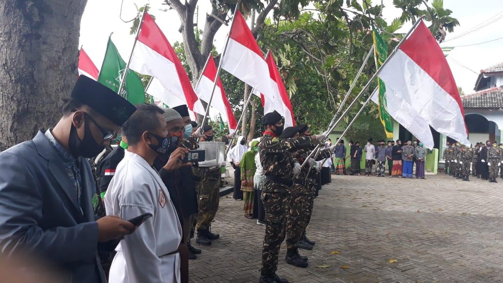 Upacara serah terima pataka NU pada kirab doa pager bumi dari PAC GP Ansor Babadan kepada PAC GP Ansor Ponorogo di PP Nurul Hikam Keniten