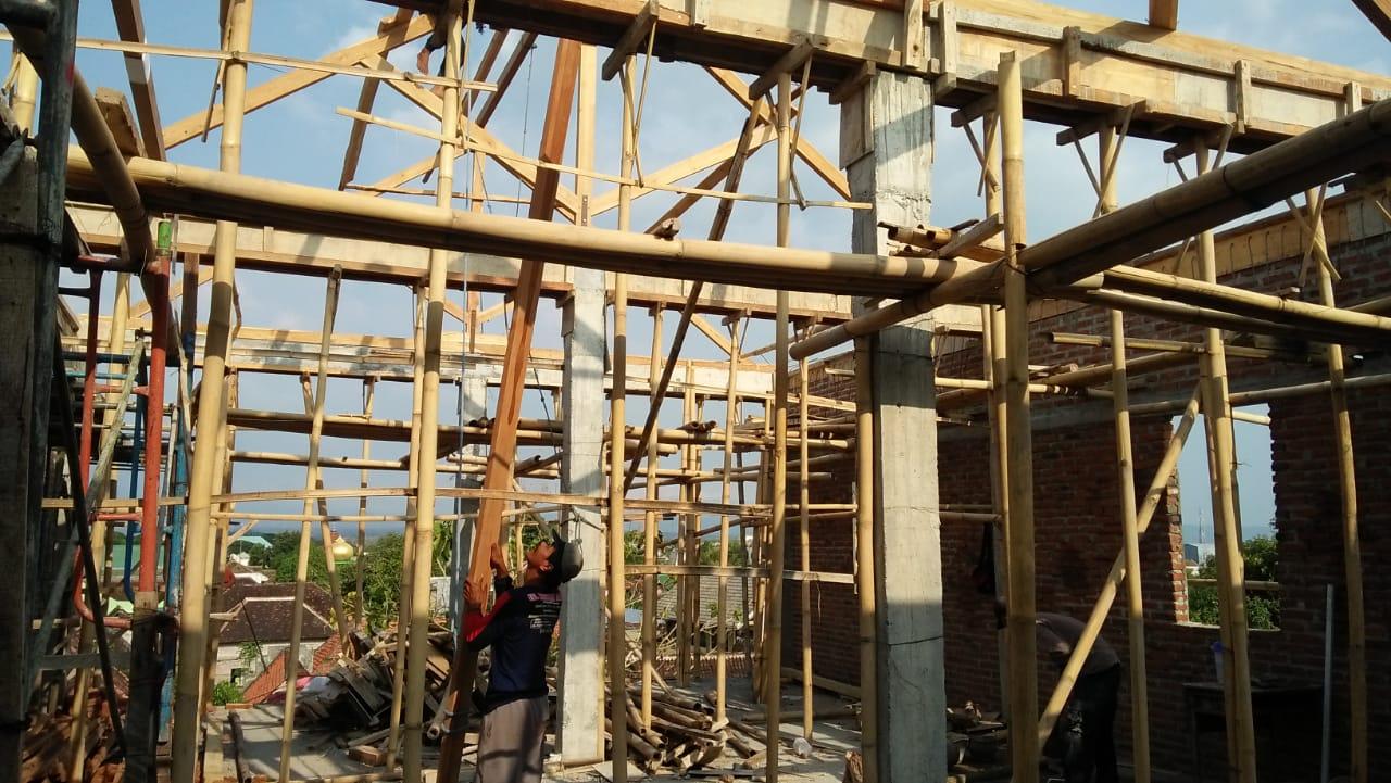 Aktifitas pekerja saat menyelesaikan atap gedung