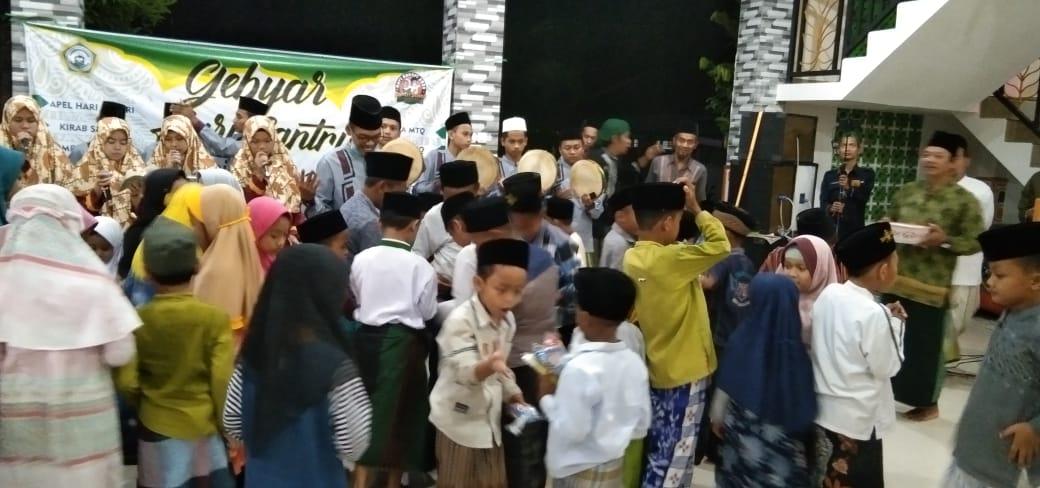 Anak-anak berebut koin saat peringatan Maulud Nabi dan Sumpah Pemuda di Ponpes Al Bukhori Mangunan Sampung
