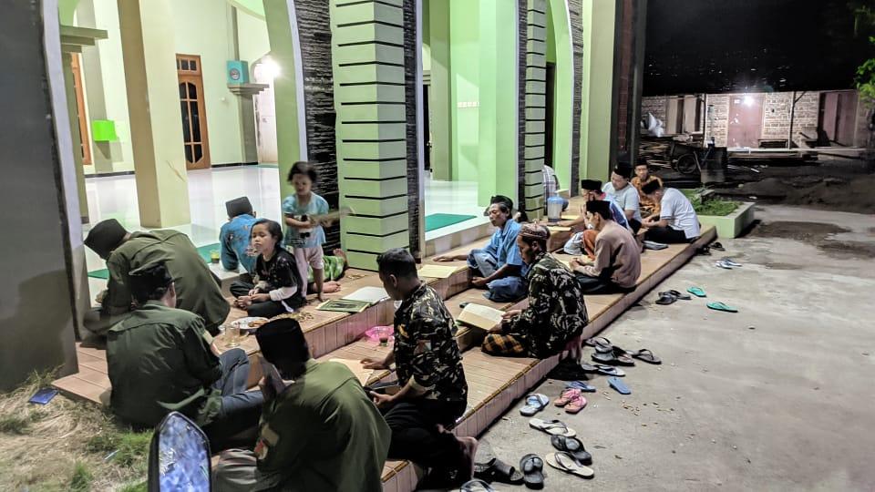 Beberapa orang pengurus PAC GP Ansor Ponorogo berbaur dengan jamaah masjid saat mengikuti pengajian kitab Kifayatul Atqiya'