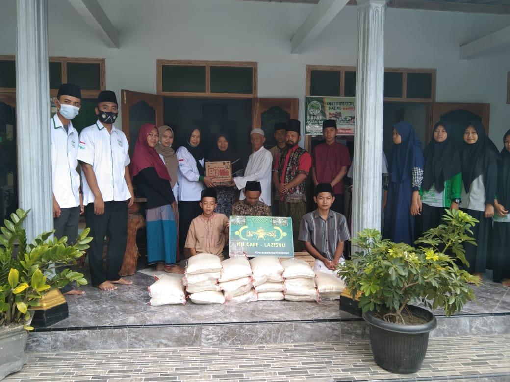 Hj.Nur Suryani Bendahara NU-Care Lazisnu menyerahkan bantuan sembako kepada pengurus LKSA Al-Bukhori