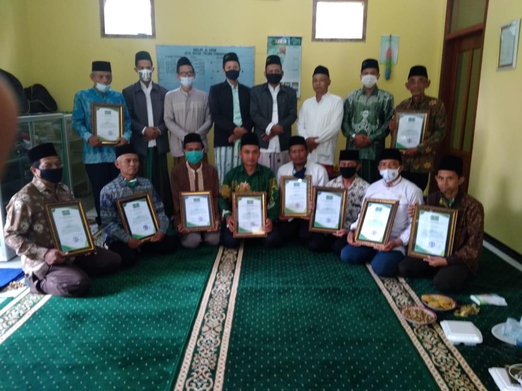 Jajaran PC LTM NU MWC Pulung dan perwakilan 10 masjid bersertifikat NU sesaat setelah mengikuti acara