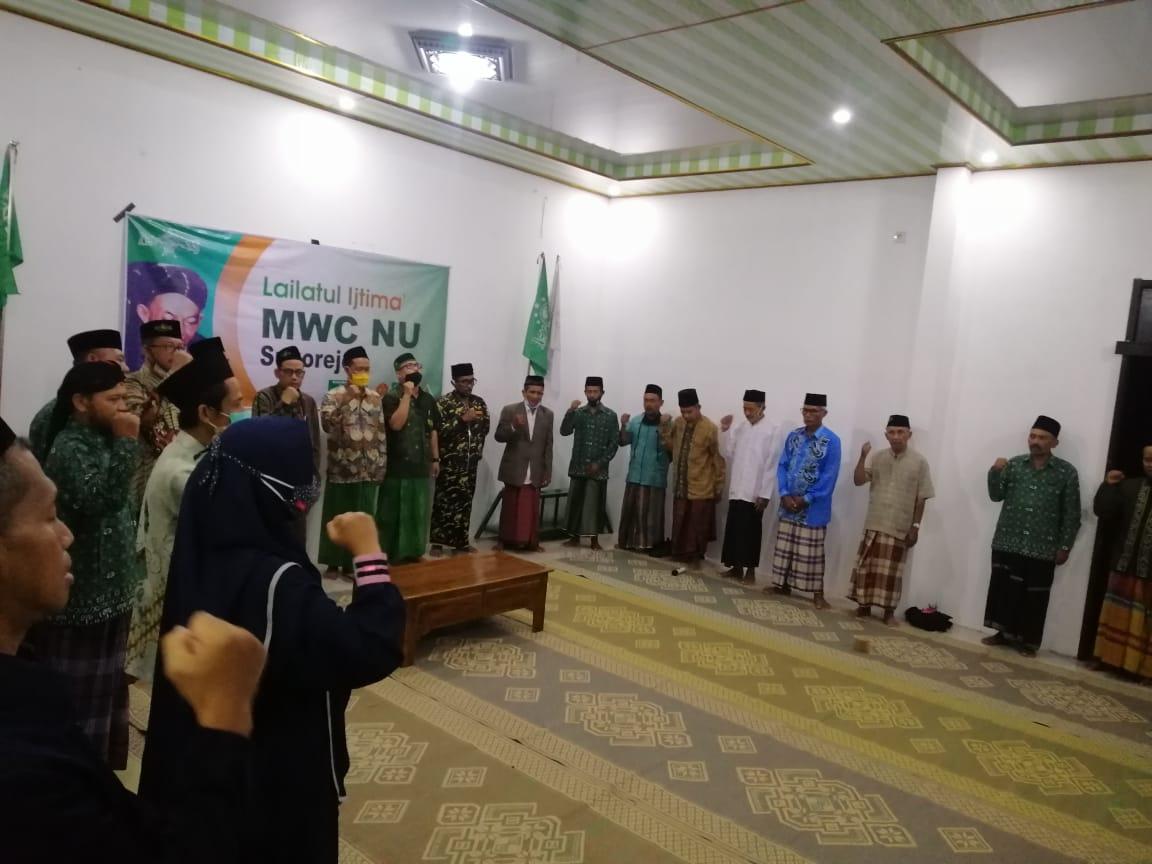 Jajaran pengurus dan segenap undangan menyanyikan lagu Indonesia Raya dan Mars Subbanul Wathan