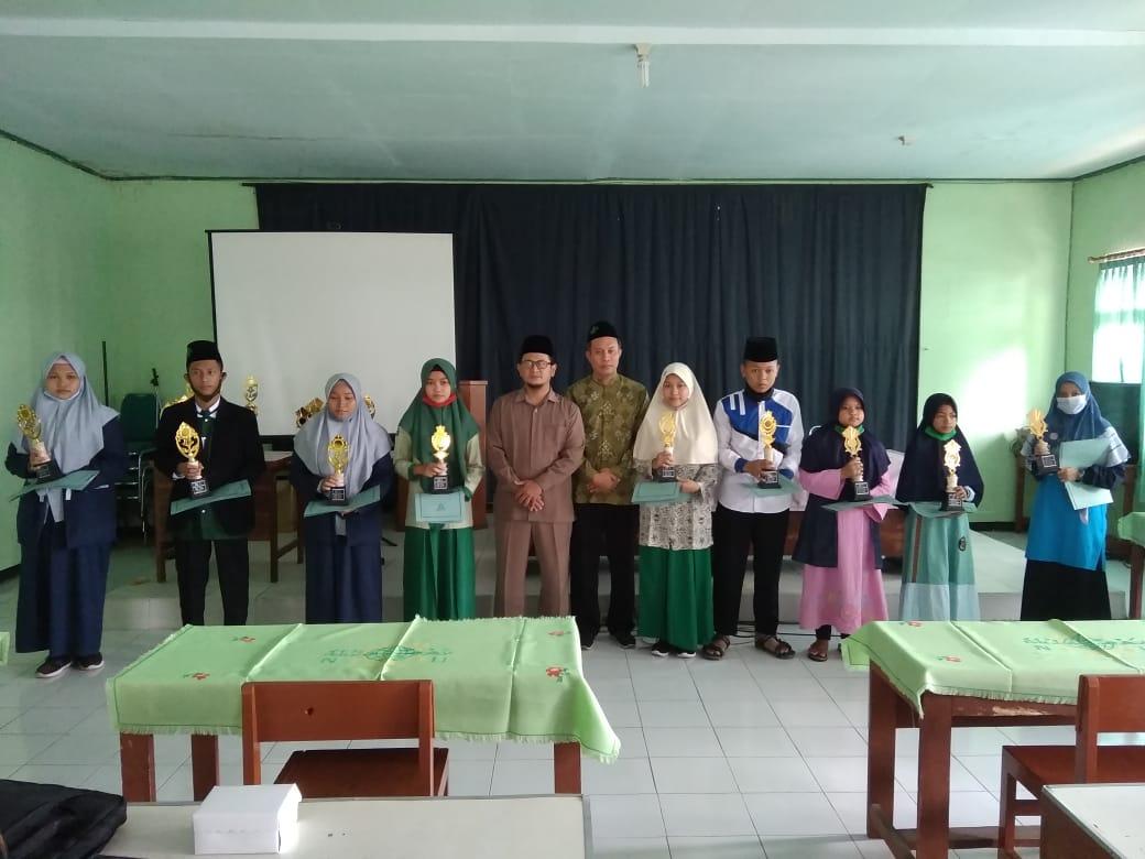 Ketua LP Ma'arif NU pose bersama pemenang lomba kreatifitas guru dan siswa