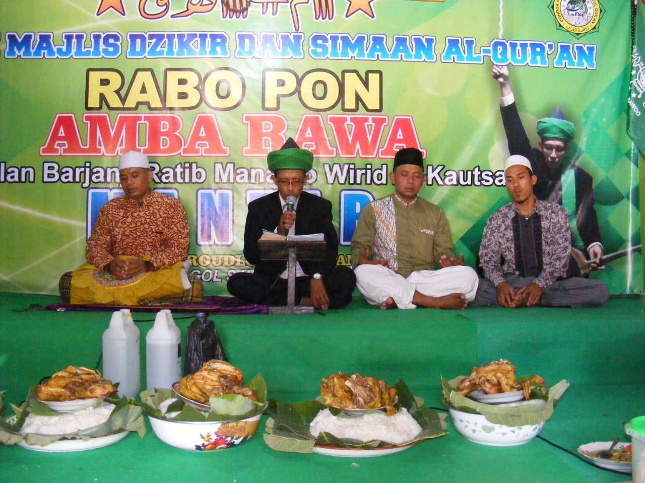 Kyai Agus Riadi Al-Hafidz pengasuh Amba Rawa Ponpes Tahfidz Alquran Raudlatul Quran Grogol, Sawoo saat memimpin doa khatmil quran