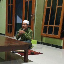 Kyai Hasyim Sholeh tengah menjelaskan isi kitab Kifayatul Atqiya' tentang keutamaan ilmu