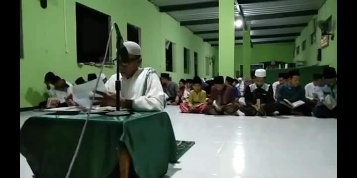 Kyai Imam Muslim tengah memimpin Manakib diikuti jamaah Thariqah Qadariyah wa Naqsabandiyah (26-11)