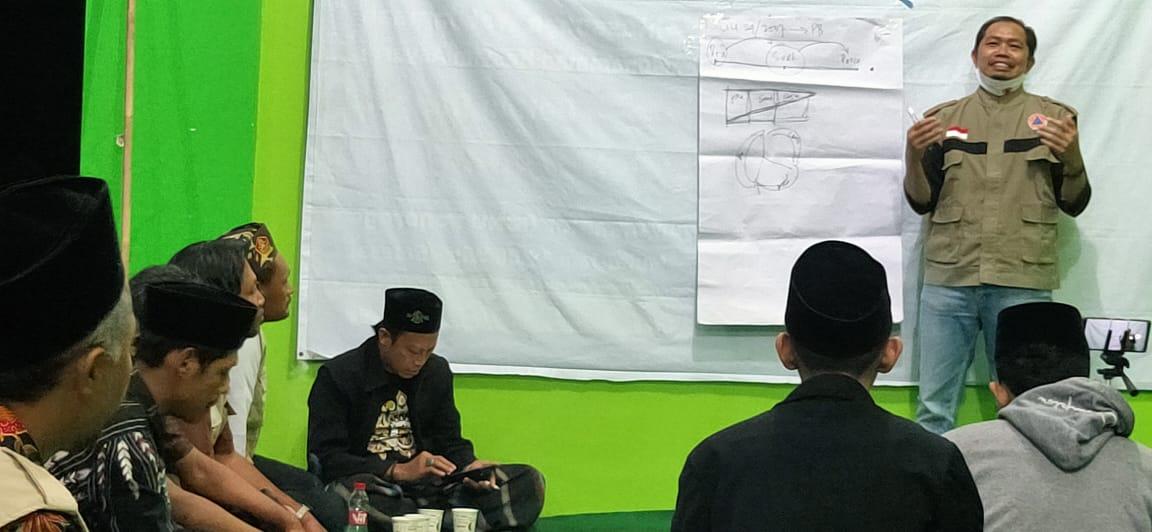 Mbah Darmo saat presentasi Kelas Relawan