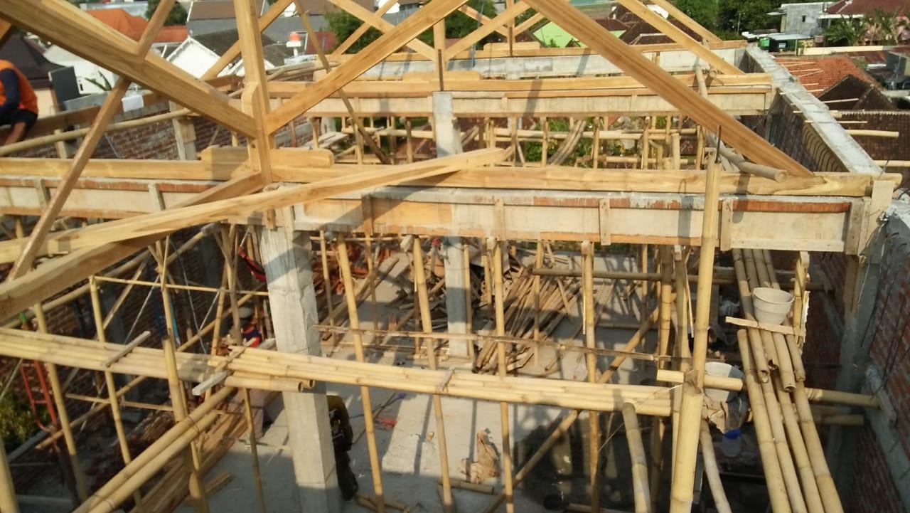 Pengerjaan atap gedung serba guna PCNU memasuki tahap terakhir