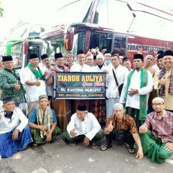 Rombongan ziarah makam wali lima Jawa Timur berpose di area parkir makam Tebuireng sesaat sebelum melanjutka perjalanan