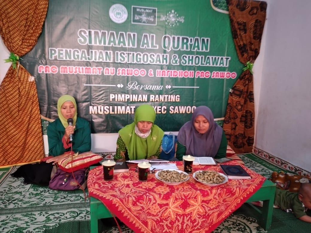 Salah satu hafidhah tengah melantunkan ayat-ayat suci al-Qur'an disimak pengurus PAC Muslimat NU Sawoo di rumah Kepala Desa Tumpuk (1511)