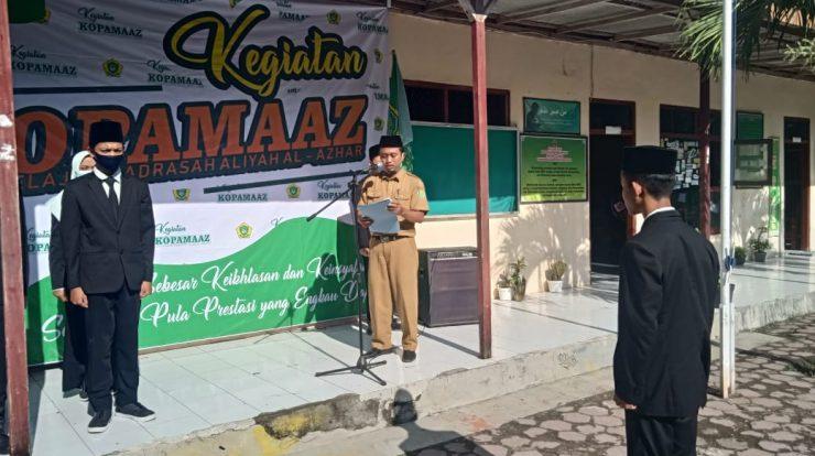 Supriyanto Kepala MA Al-Azhar membimbing pengucapan janji pengurus KOPAMAAZ (23-11)
