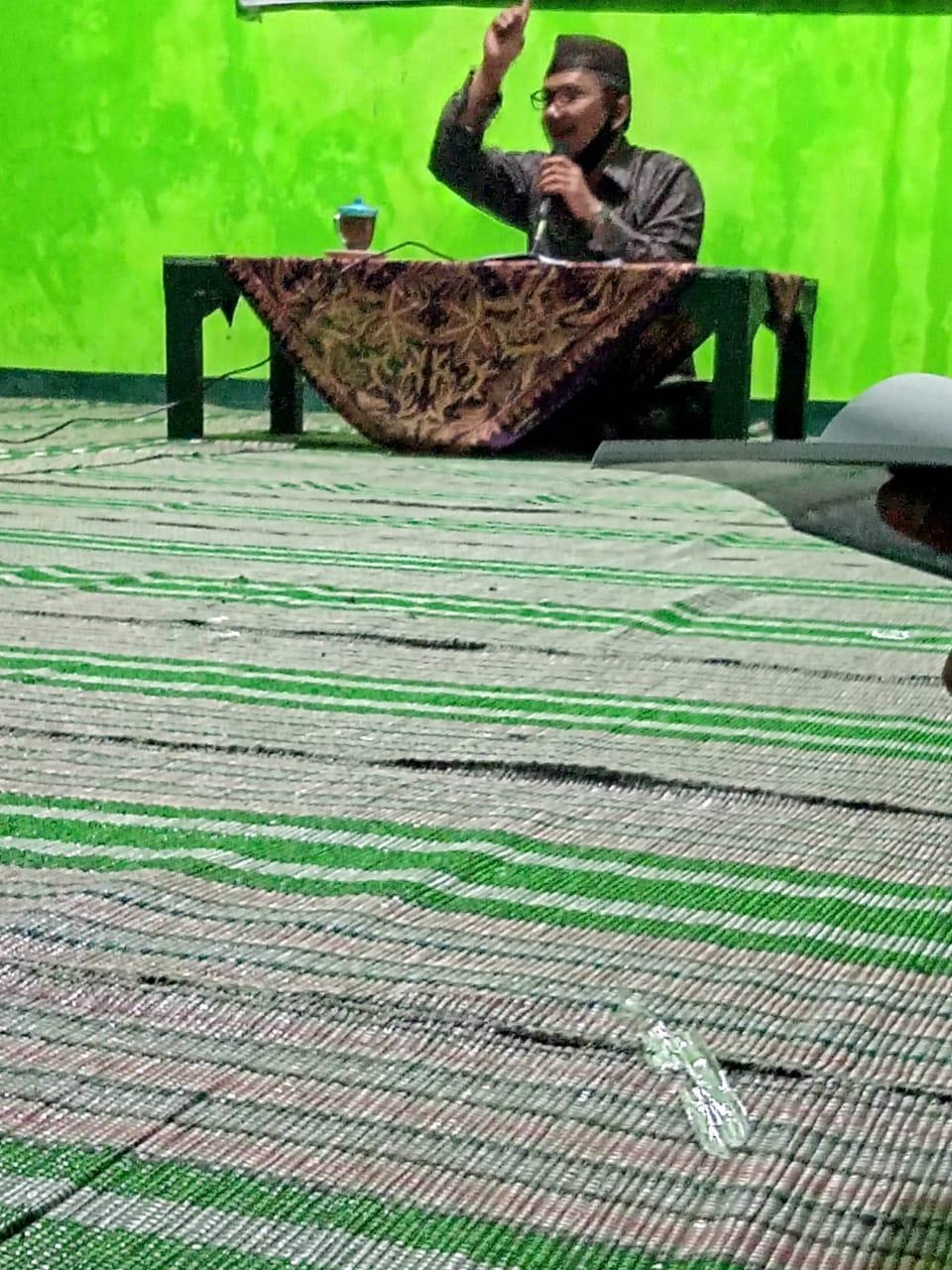 Kyai Imam Syafi'i, Rais MWC NU Pulung, saat membacakan Kitab Qul hadzihi sabili, karya Al- Allamah Sayyid Muhammad bin Alawi al-Maliky Al Makky Al- Hasany