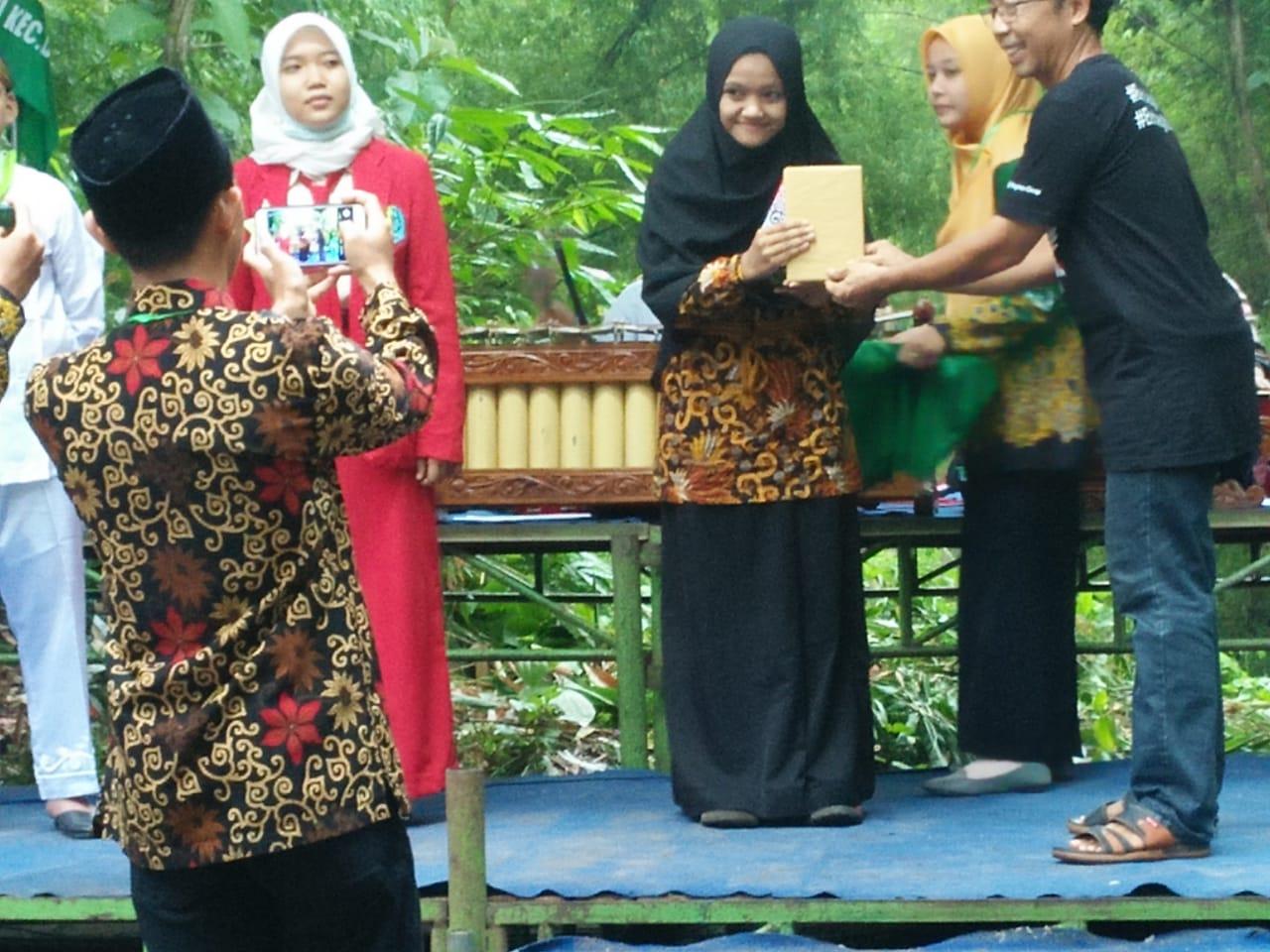 Mahrisa Khoirotin Nisa' Juara 1 Lomba Baca Geguritan se- Korwil Madiun menerima hadiah dari Panitia