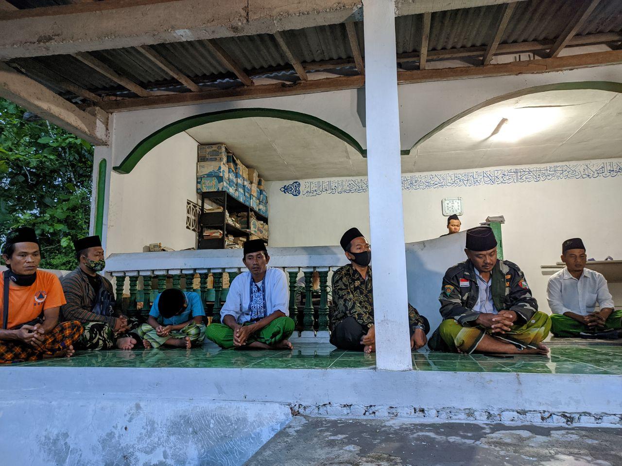 Para Pengurus PC GP Ansor Ponorogo tengah menyelesaikan khataman Alquran di makam masyayikh Pacitan