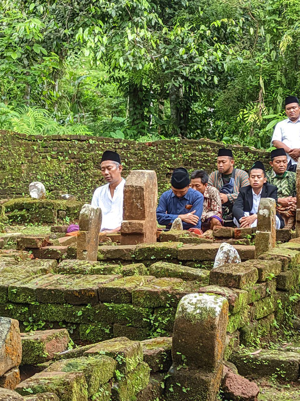 Para peserta ziarah larut dalam kekhusukan doa