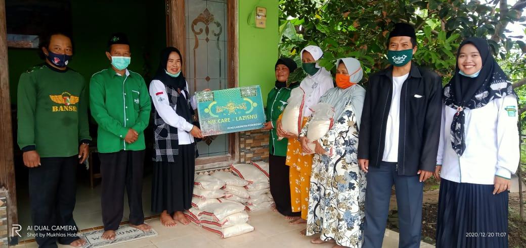 Tim PC NU Care-Lazisnu saat mendistribusikan beras ke UPZIS kecamatan Siman dan Jambon