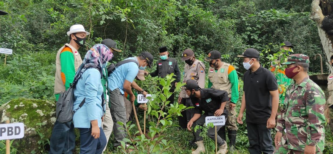 Diikuti Danramil dan Kapolsek Jenangan serta Kepala Desa TanjungSari, turut menanam pohon