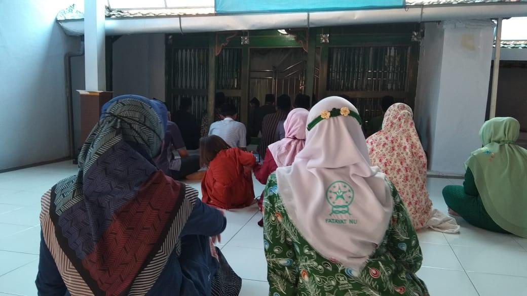 Khusu' mendoakan mu'assis Ki Ageng Muhammad Besari