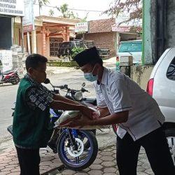 Penyerahan Beras oleh UPZIS Kecamatan Sooko kepada warga