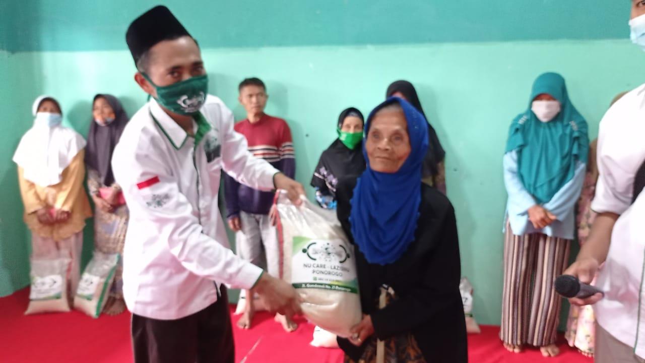 UPZIS NU Care-Lazisnu kecamatan Pudak serahkan bantuan beras kepada warga
