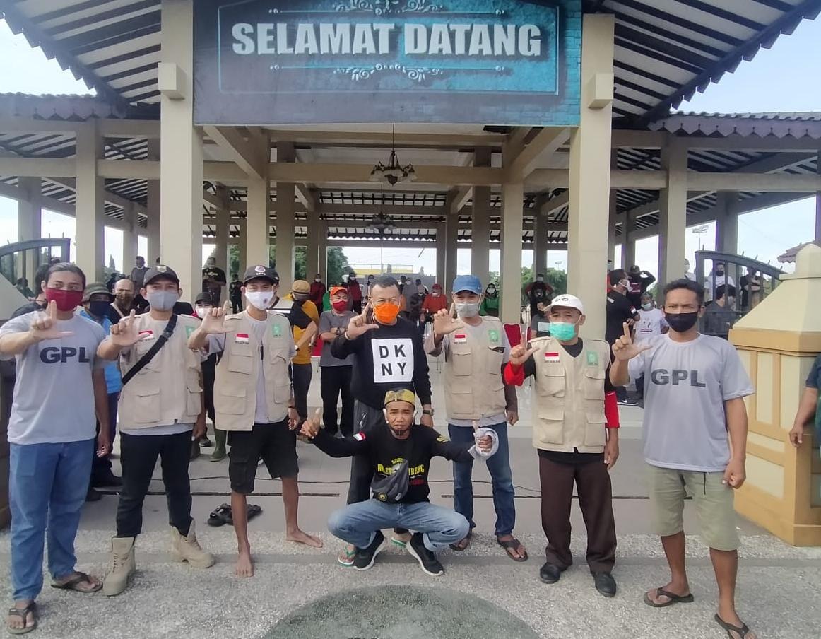 Go Green LPBI NU Di Kota Bersihkan Gorong-gorong, Di Desa Tanam Pohon