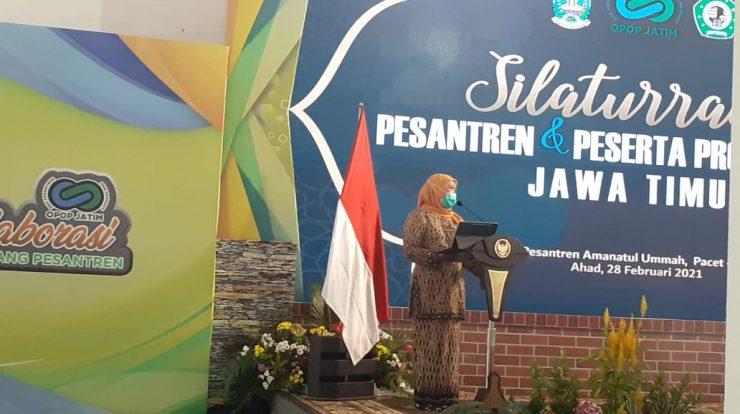 Gubernur Jawa Timur Khofifah Indar Parawansa pada acara Silaturrahmi Pesantren dalam Program One Pesantren One Product di Ponpes Amanatul Ummah Pacet- Mojokerto Foto 2