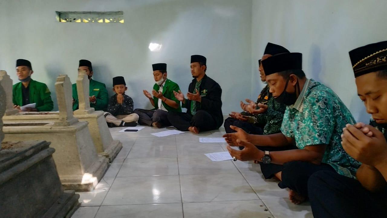 Jajaran PAC GP Ansor Sampung saat Ziarah makam Eyang Kasan Rejo sesepuh desa setempat