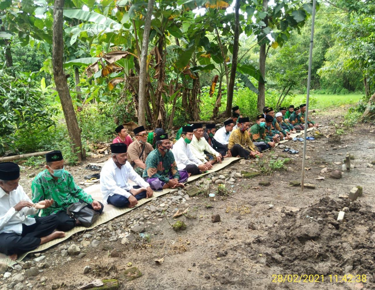 Jajaran Pengurus MWC NU Siman tengah berziarah di makam muassis NU setempat