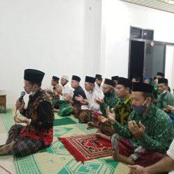KH. Iskandar al-Hafidz Rais MWC NU Sukorejo memimpin dzikir fida' untuk almarhum H. Nur Anwar
