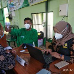Karyawan RSU Muslimat Ponorogo sedang menjalani pengecekan suhu badan dan tekanan darah sesaat sebelum diberi vaksin