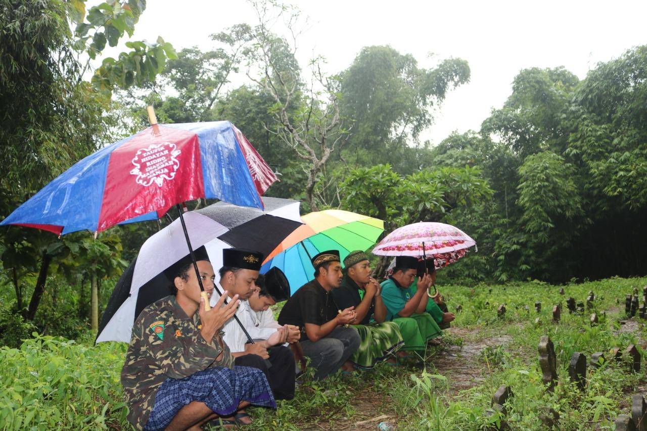 Pengurus Ranting GP Ansor Bareng saat ziarah makam Ulama dan tokoh NU desa Bareng