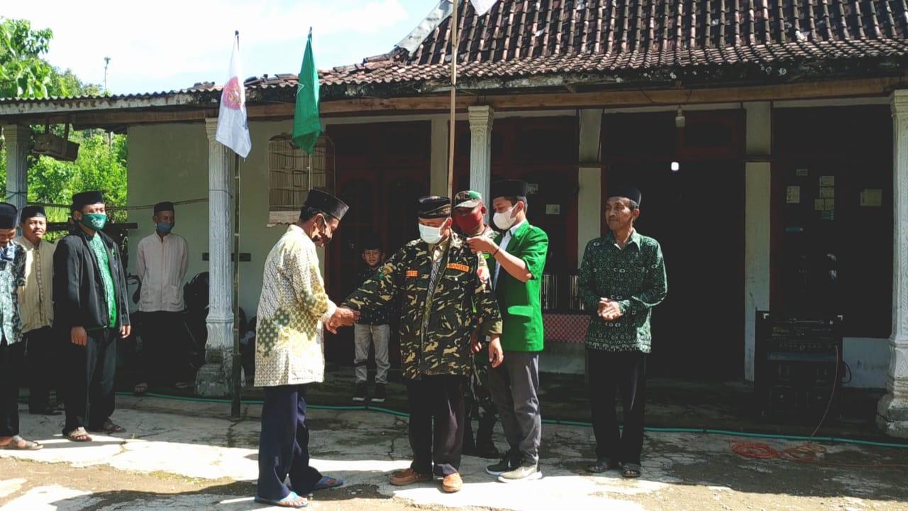 Penyematan jaket Banser kepada Kades Pagerukir, Sumanto