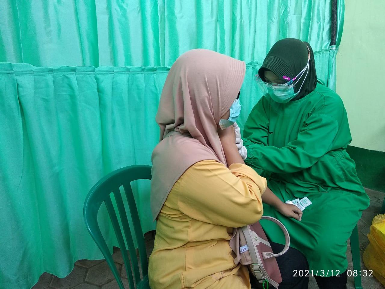 Petugas kesehatan RSU Muslimat Ponorogo tengah memberi vaksin untuk sasaran vaksinasi dari kalangan ibu menyusui