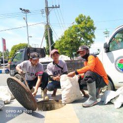 Relawan Peduli Ponorogo membersihkan got seputaran Aloon-aloon dan drainase di Ponorogo